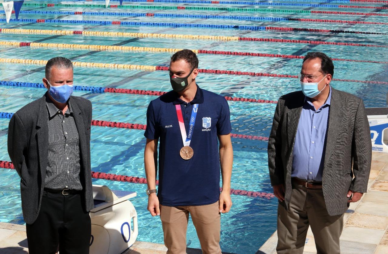 Presidente Ricardo Santiago e vice-presidente Carlos Henrique Martins Teixeira receberam e parabenizaram o nadador Fernando Scheffer / Fotos: Orlando Bento/MTC