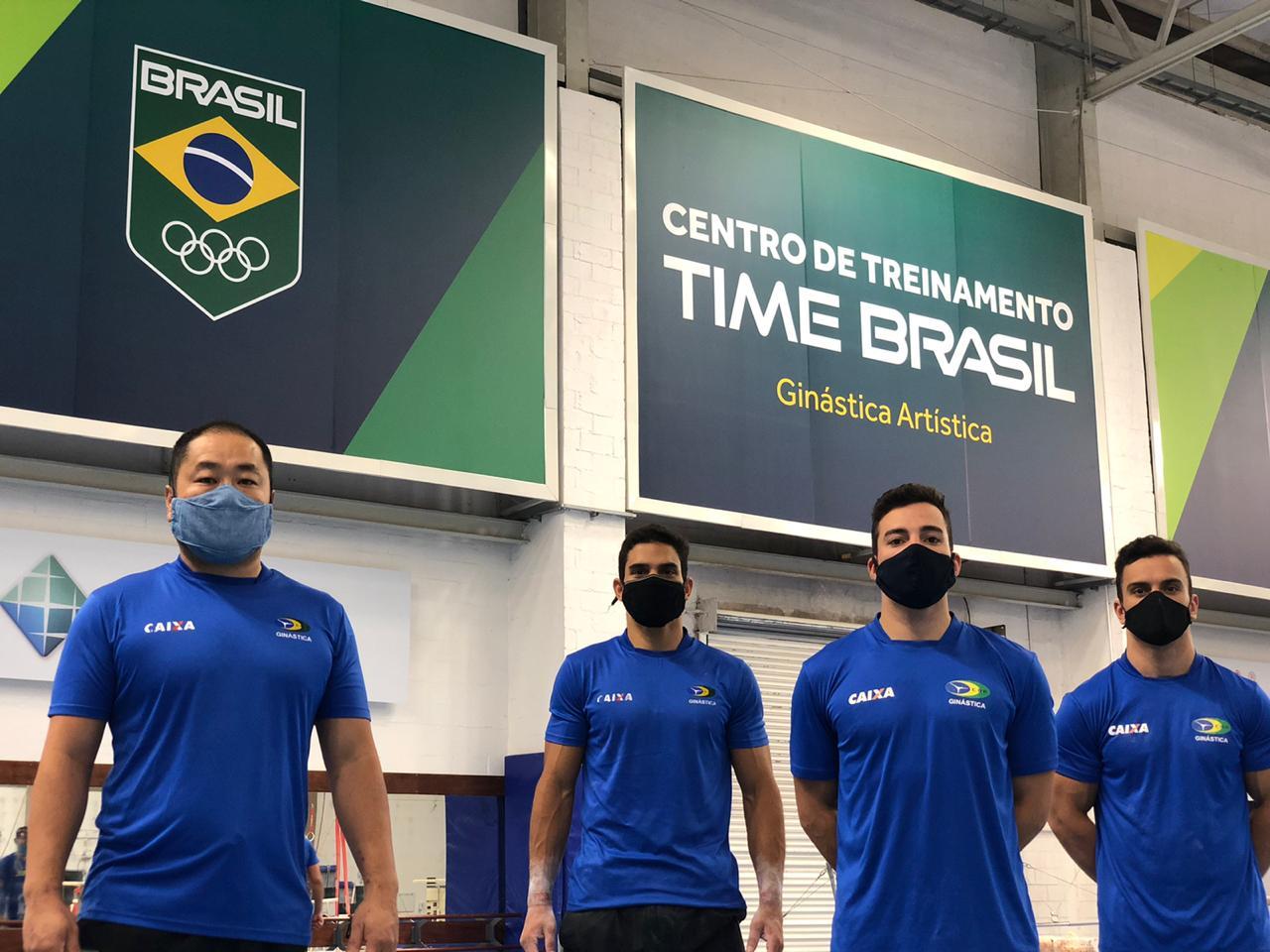 Técnico Ricardo e os ginastas Leonardo, Lucas e Caio em treinamento no RJ ( Foto: Divulgação/MTC)