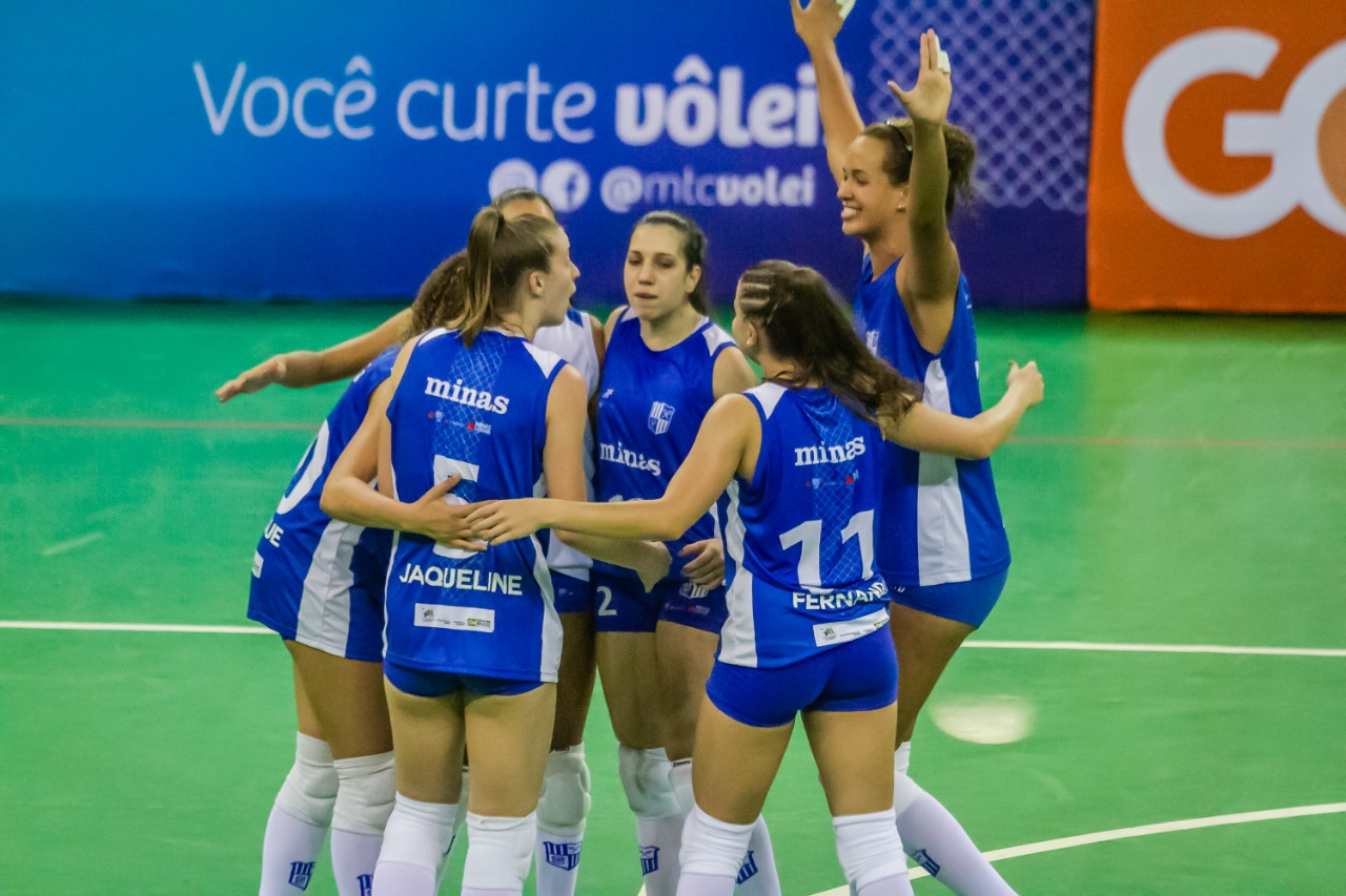 Jovens atleta comemoram a vitória na estreia / Foto: Fernando Teramatsu/FPV