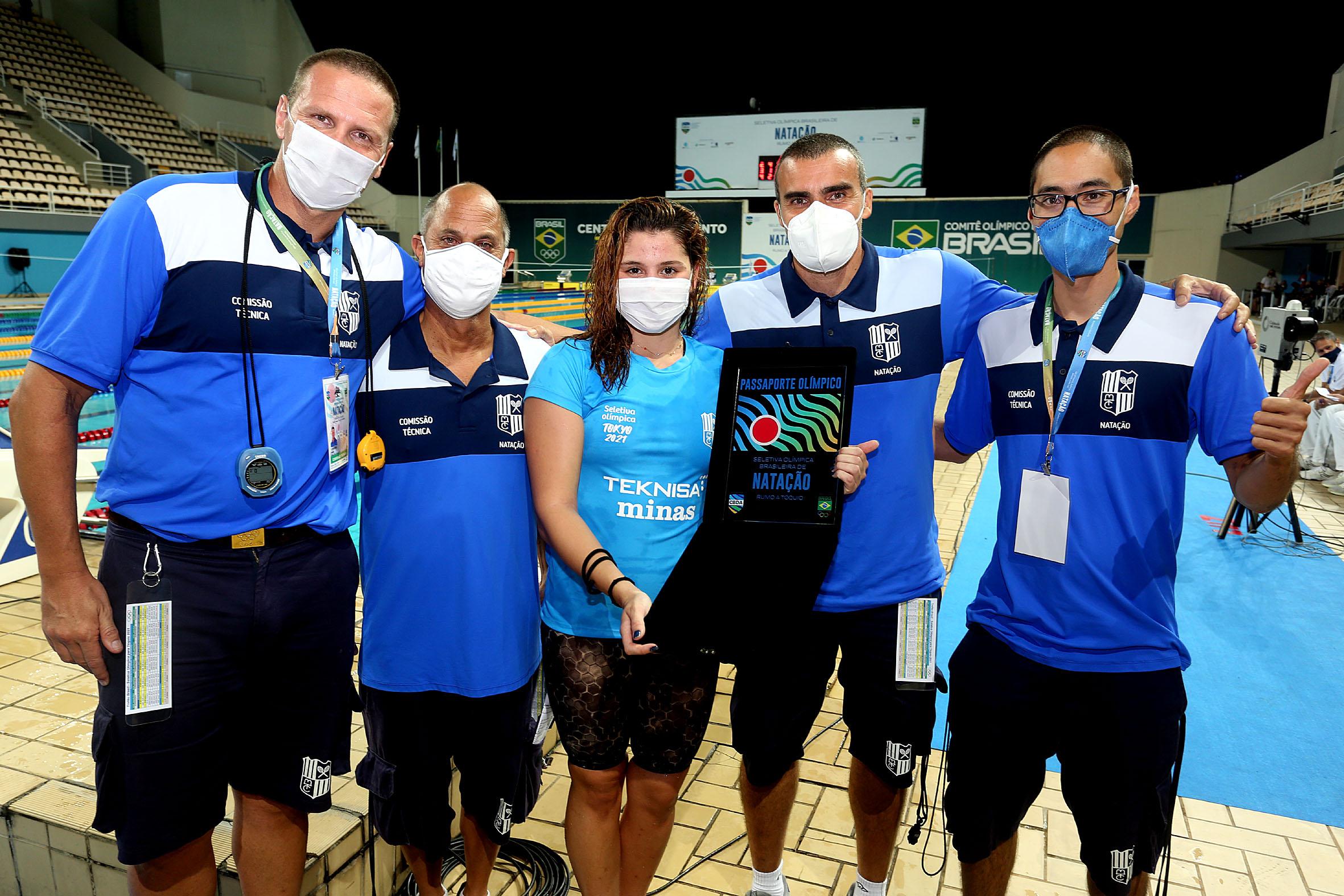 Beatriz Dizotti e a comissão técnica do Minas comemoram a classificação para os Jogos de Tóquio