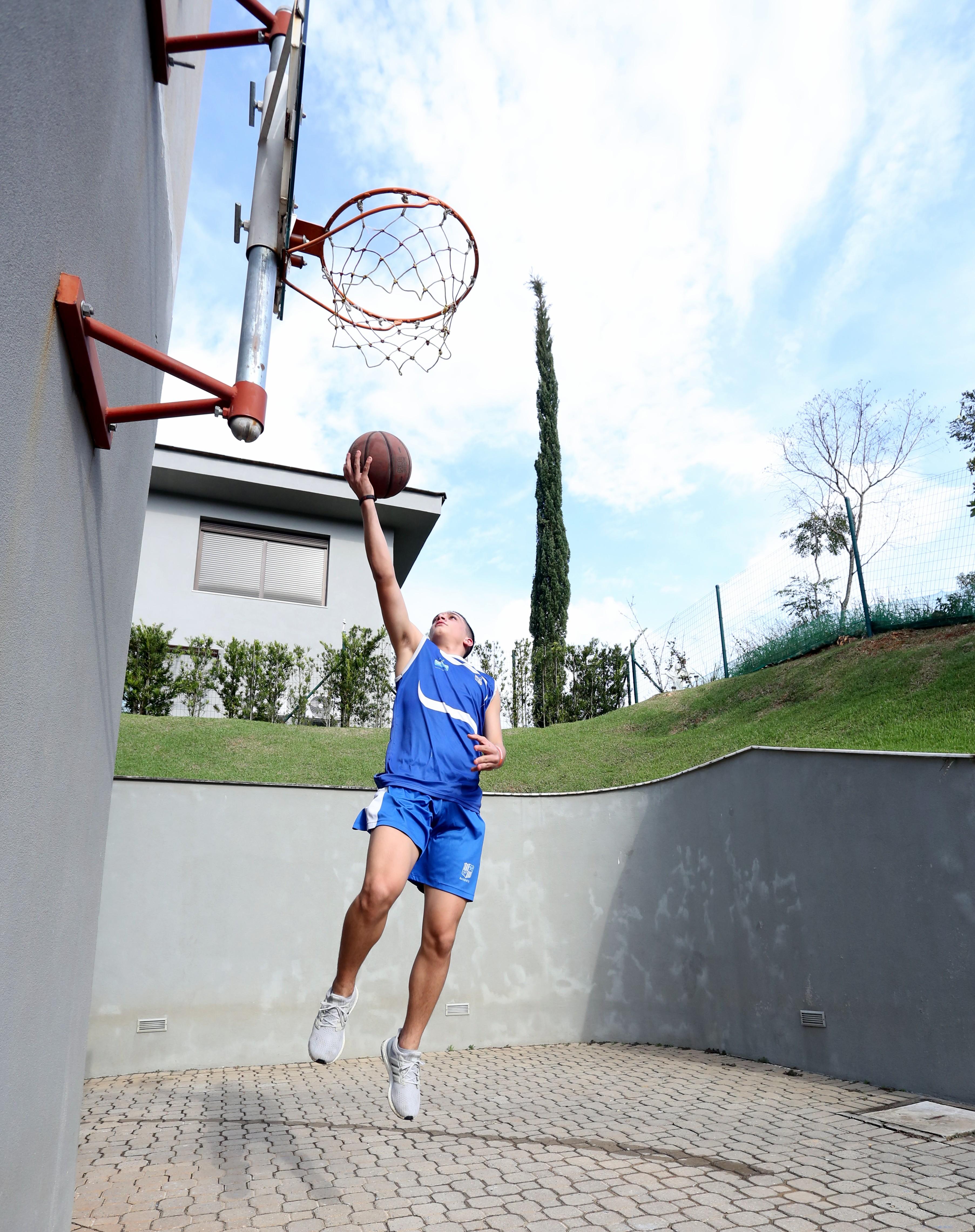 João Eduardo conta com uma cesta de basquete em casa (Foto: Divulgação MTC)