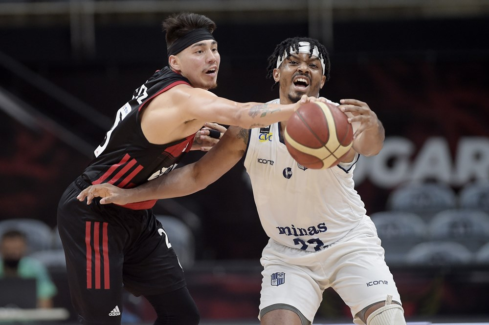 Mesmo bem marcado, Johnson Sr foi o destaque do jogo (Foto: Divulgação-FIBA)