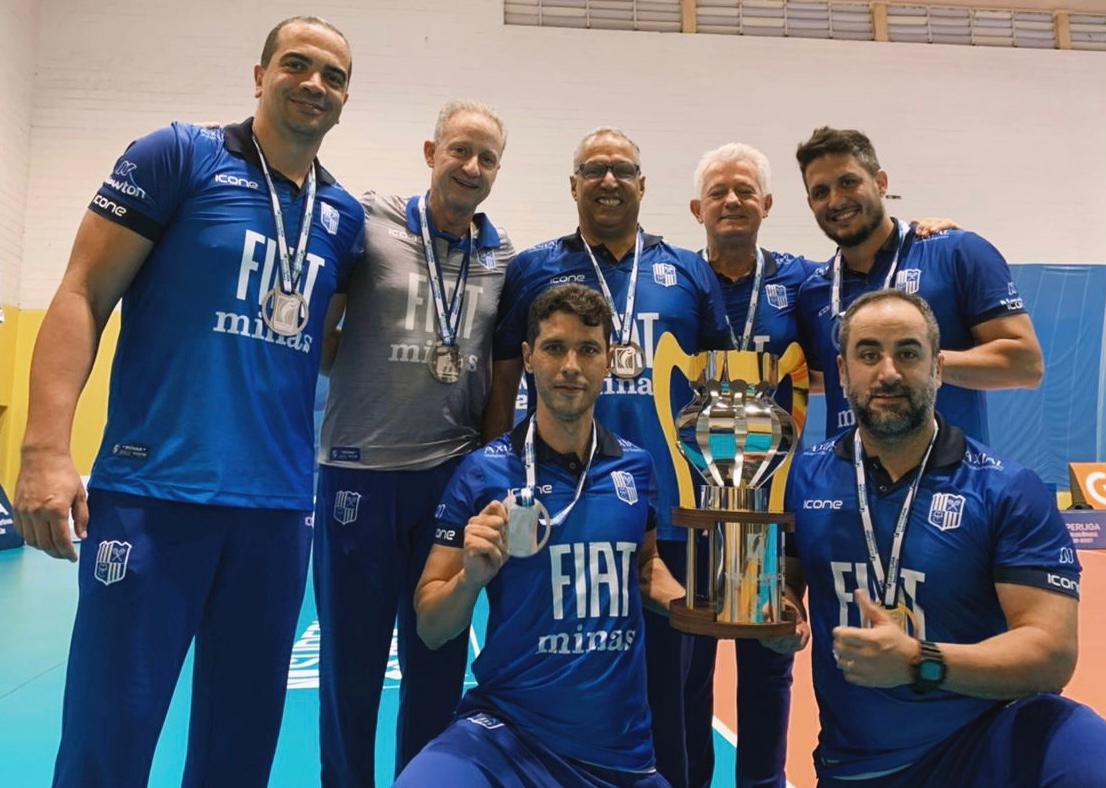Diretor de vôlei masculino do Minas, Elói Oliveira, com a comissão técnica do Fiat/Minas