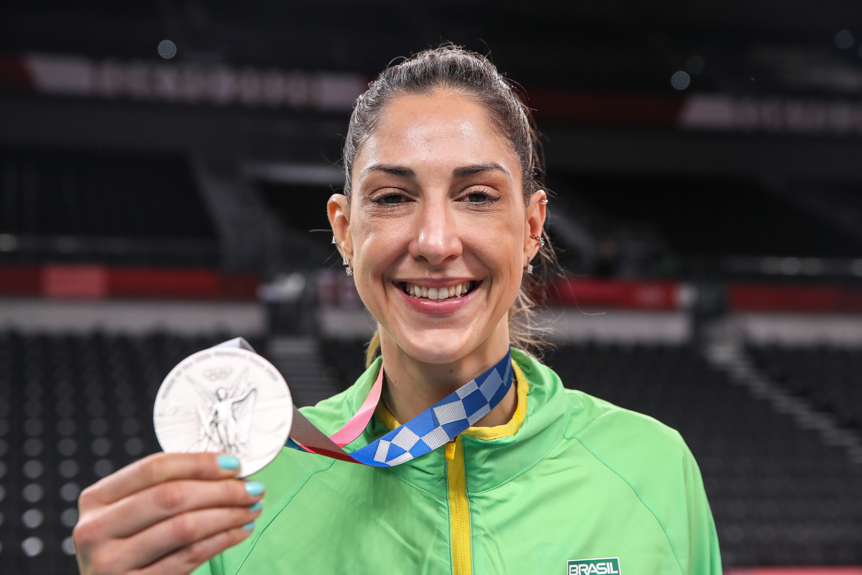 Capitã minastenista, Carol Gattaz, celebra medalha de prata (Foto: Gaspar Nóbrega/COB)