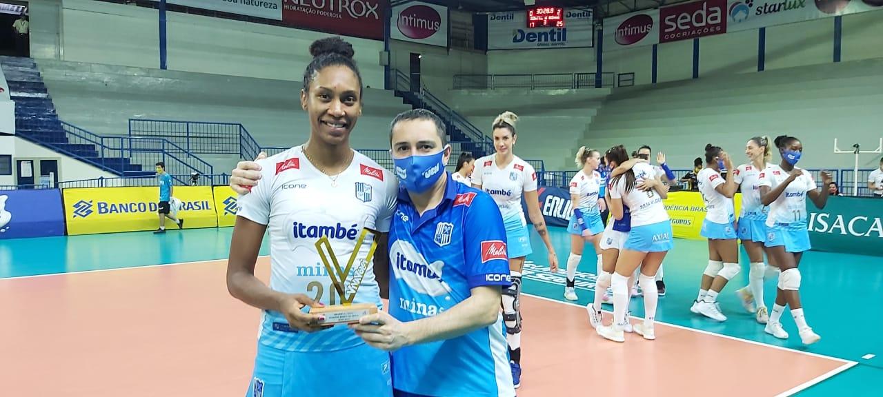 Danielle Cuttino recebe o Troféu Viva Vôlei do técnico Nicola Negro