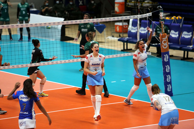Júlia Kudiess, ao centro, foi eleita a melhor jogadora em quadra (Foto: Orlando Bento/MTC)