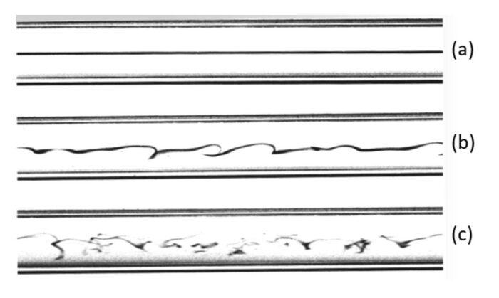 Visualización de la trayectoria de un trazador dentro de un tubo en diferentes regímenes de flujo: (a) Laminar, (b) Transición, (c) Turbulento (Fuente: Ansys, Inc.)