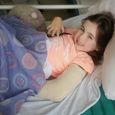 Georgia shows off her arm in plaster, get well soon.