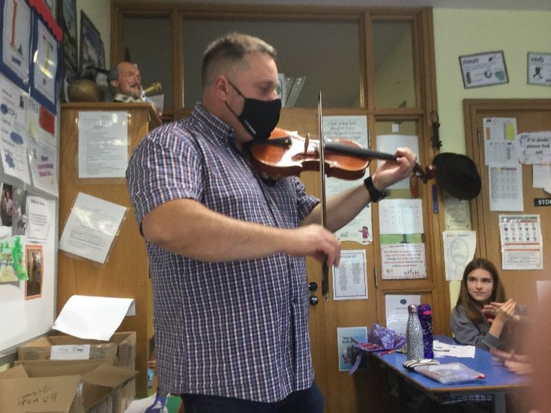 Mr Lyttle introduces the fiddle to P7by playing some foot tapping tunes!