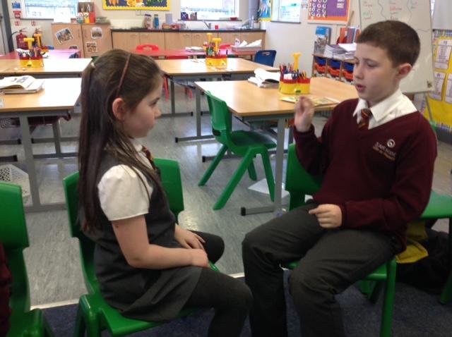 Lila agus James i mbun comhrá / Lila and James conversing.