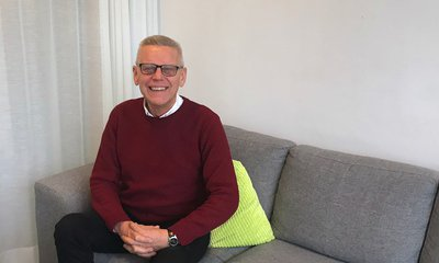 Carl Henrik Ohlsson i soffa