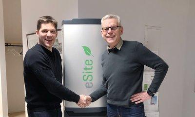 Vd Mattias Karlsson eSite Power Systems välkomnar vd Carl Henrik Ohlsson Skaraborg Invest som ny lokal delägare i Lidköping