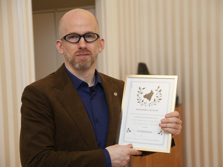 Ari Kolbeinsson med diplom för priset till framstående avhandling