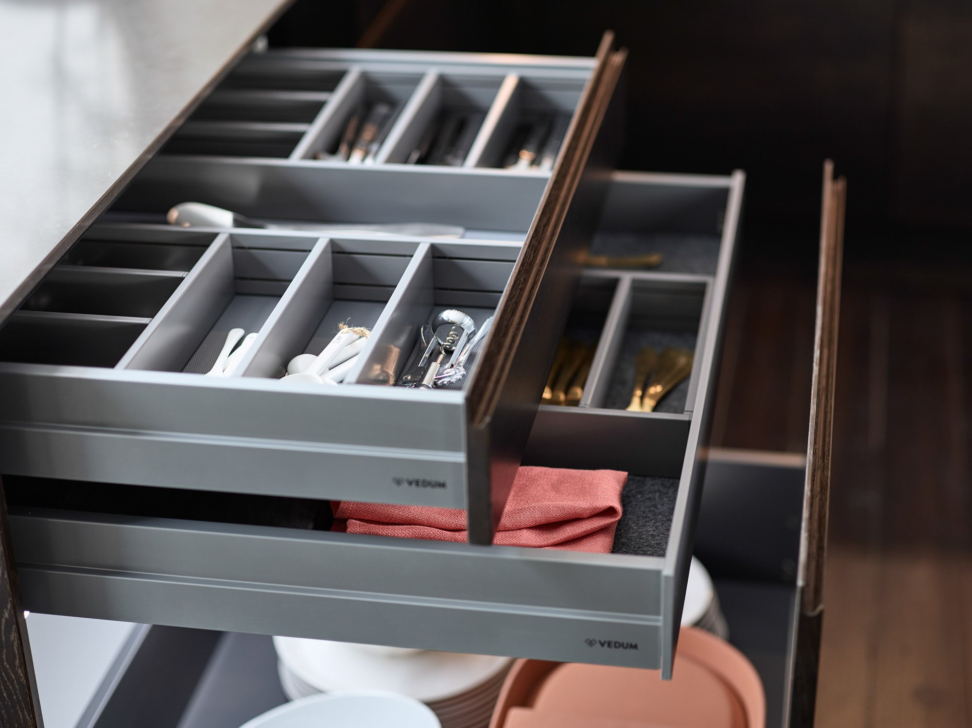 Vedum Kök Liv brunbetsad ek detalj lådor