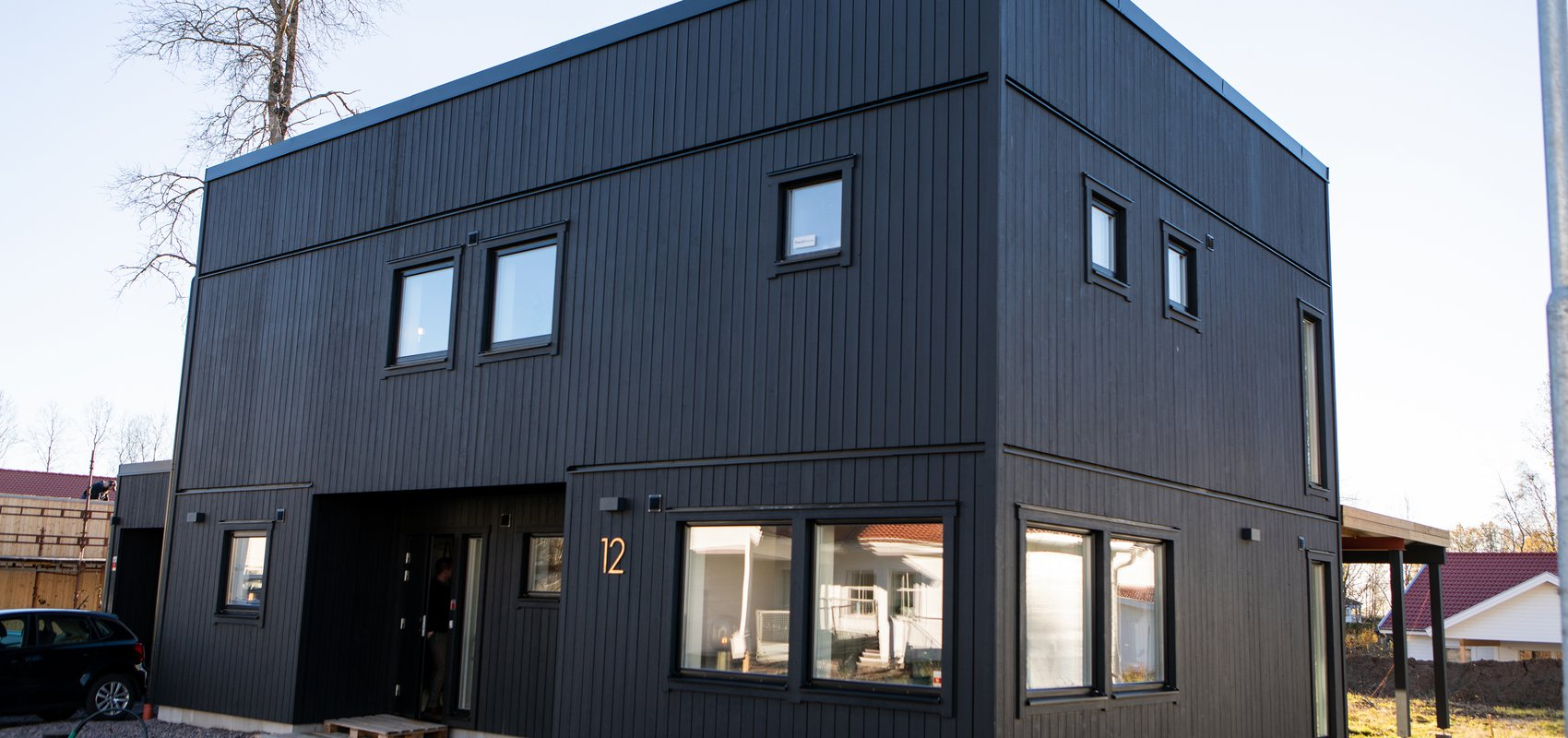 Modernt svart tvåvåningshus — Villa Elofsson Skövdevillan