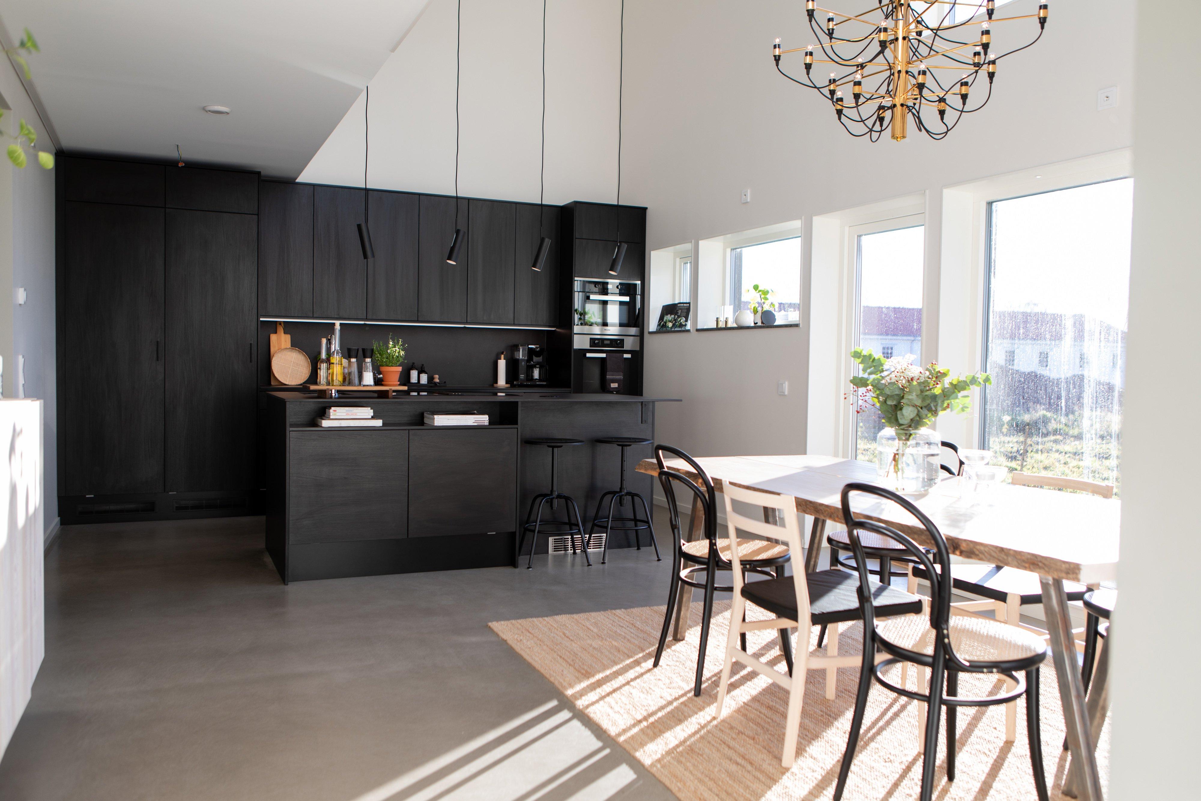 Kök & matsal i öppen planlösning — Villa Elofsson Skövdevillan