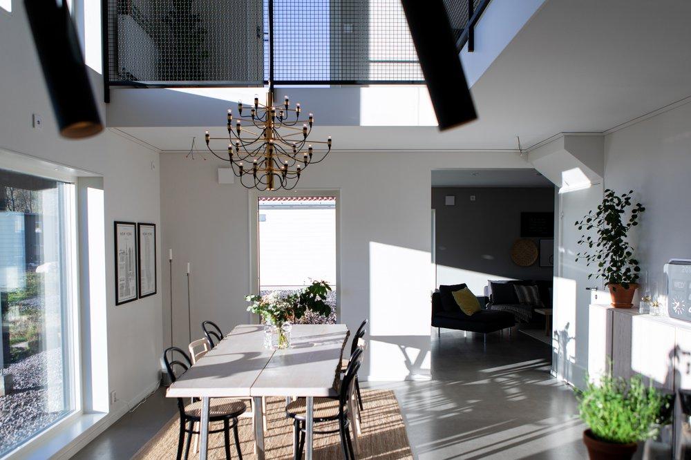 Matsal med öppet upp till andra våning — Villa Elofsson Skövdevillan