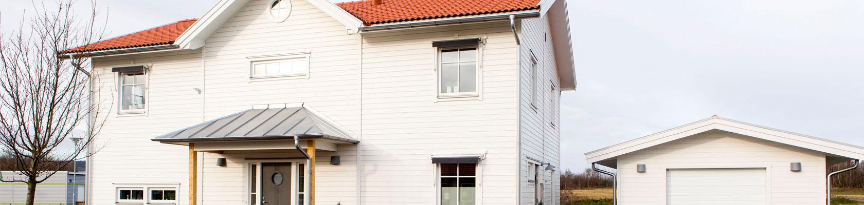 En vit villa sedd framifrån byggd av SkövdeVillan