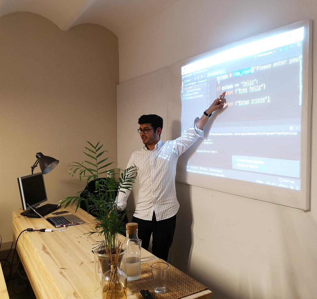 Aprender HTML / CSS con Bootstrap y Git de forma presencial como estos Alumnos Principiantes en la Escuela de Programación SMARTNINJA en Barcelona