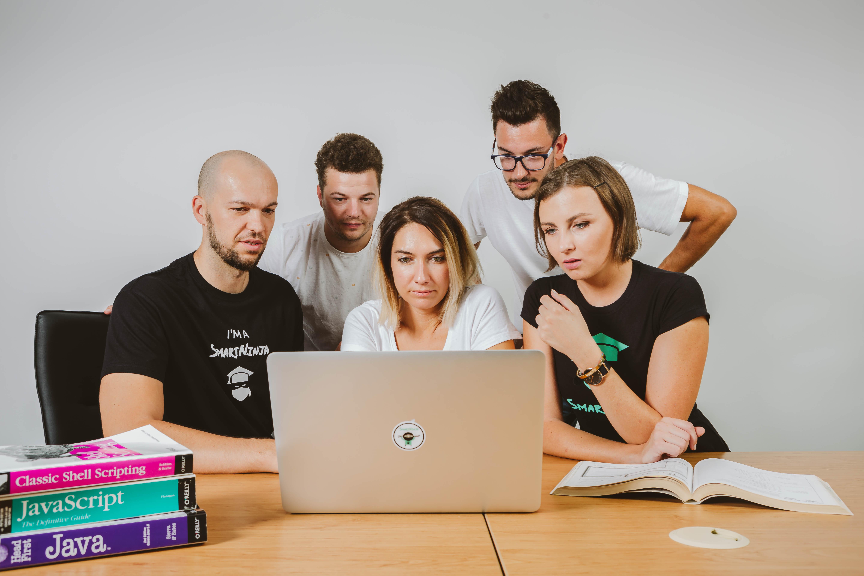 Naucz się kodowania: online VS stacjonarne kursy kodowania