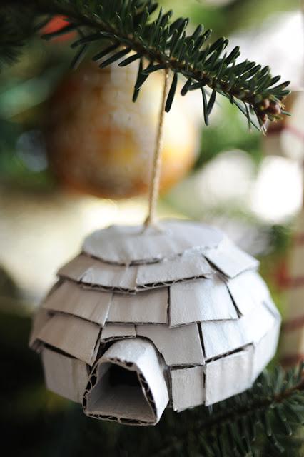 Petit igloo en carton peint en blanc, à suspendre au sapin