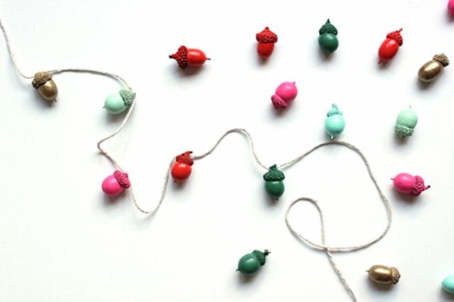 Décoration de Noël à faire soi-même : guirlande colorée avec des glands de chêne