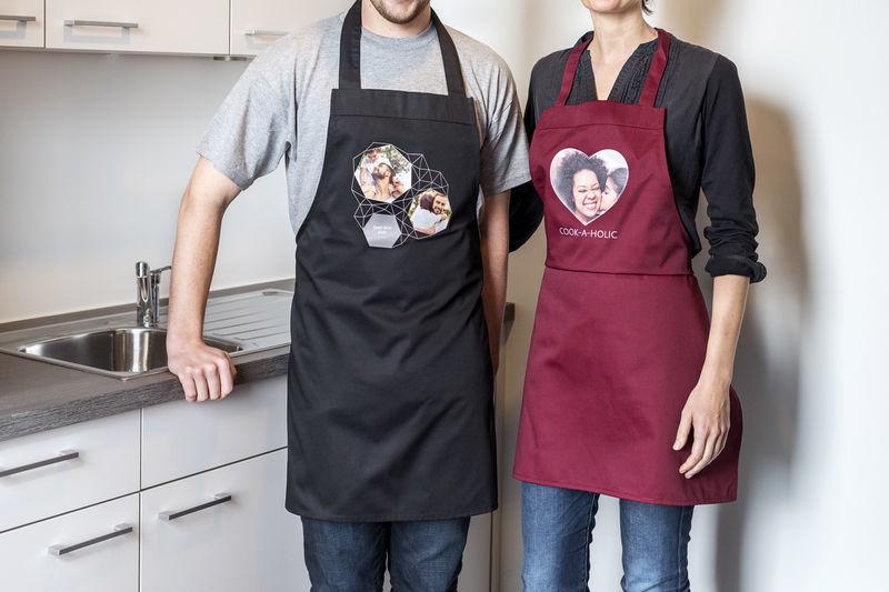 2 adultes portant un tablier noir et un tablier rouge avec des photos imprimées sur le devant