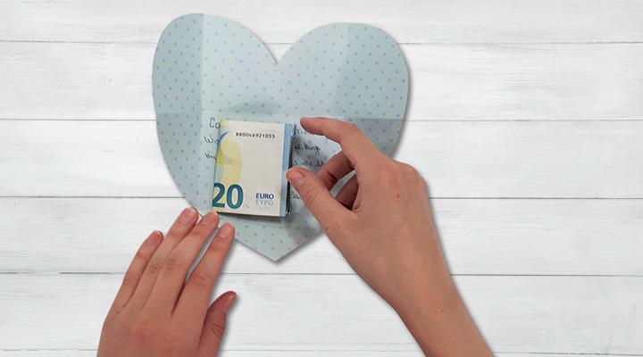 offrir de l'argent de manière originale enveloppe coeur
