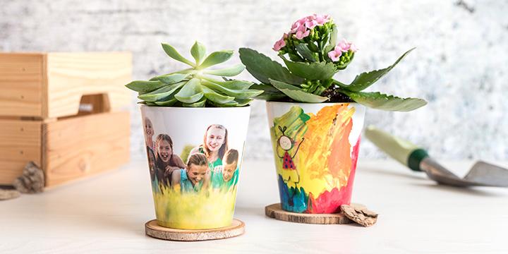Deux Pots de fleur personnalisés, l'un avec une photo d'enfants et l'autre avec un dessin d'enfant imprimés par smartphoto - idée cadeau professeur pour la fin de l'année scolaire