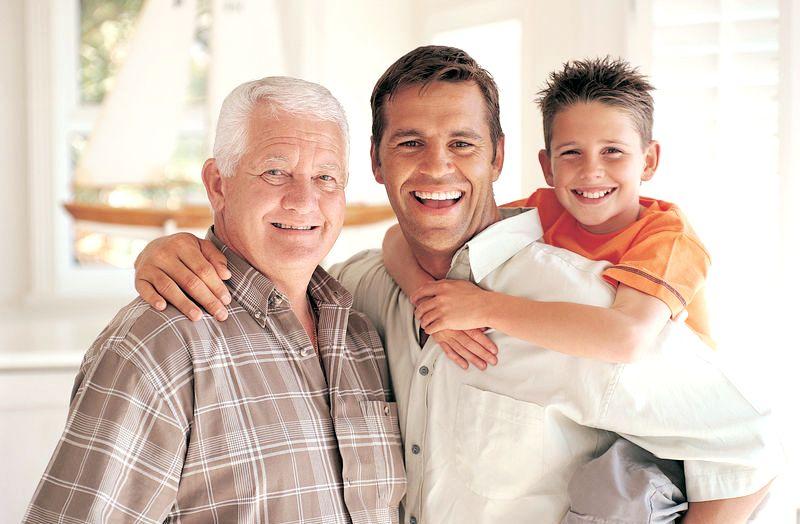 Photo de 3 générations d'hommes: enfant, père et grand père ensemble