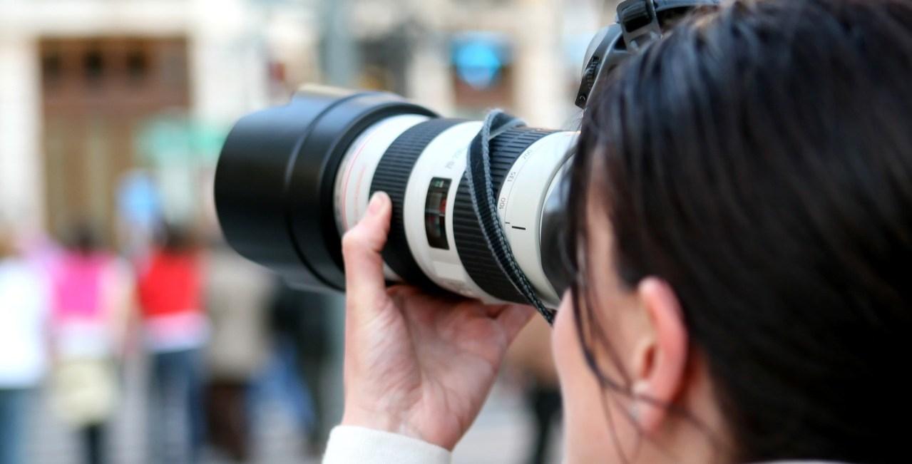 Photographe vue de dos, appareil à l'oeil