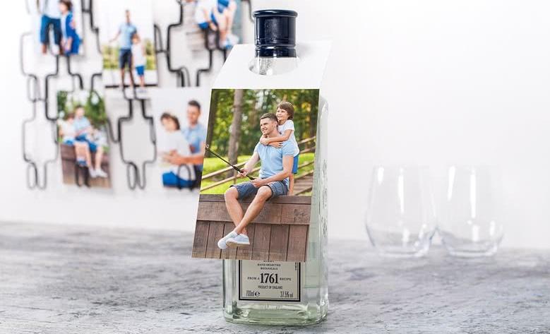 idée cadeau papa: bouteille d'alcool avec étiquette photo personnalisée à enfiler sur le goulot