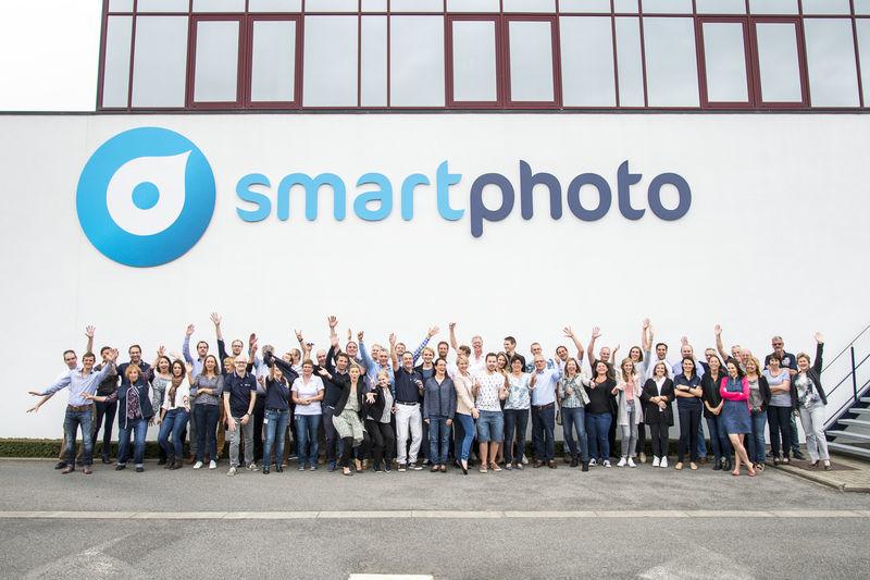 Photo de groupe des employés de smartphoto devant le siège de smartphoto à Wetteren