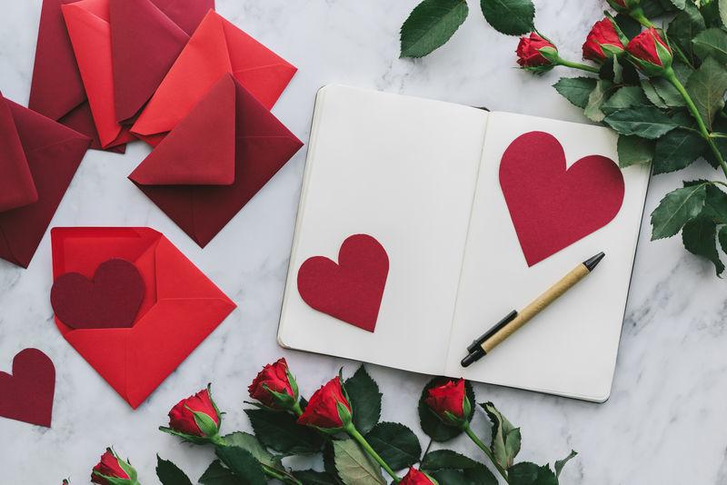 textes d'amour - Lettre d'amour avec des cœurs en papier rouge