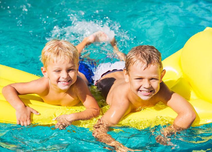 Moment piscine entre copains en temps chaud