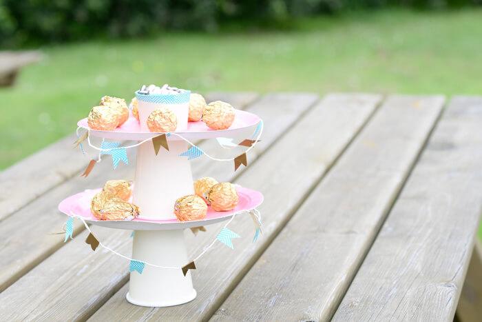 Présentoir à gâteau fait maison pour une décoration de table originale