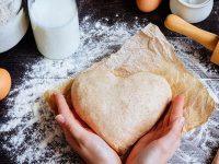 Ge bort en hjärtformad kaka i snygg förpackning – så enkelt är det!