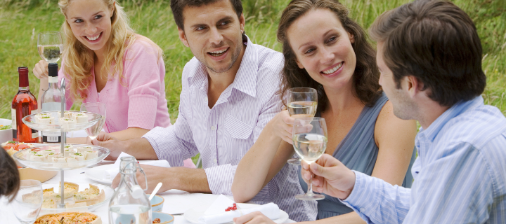Vinkit myöhäiskesän puutarhajuhliin – parhaat koristeet, tarjoilut ja leikit