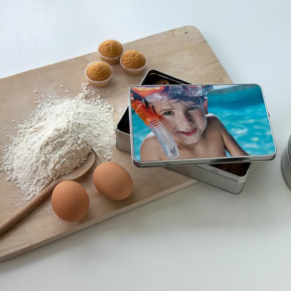 Keksdose mit selbst gebackenenWeihnachtsplätzchen