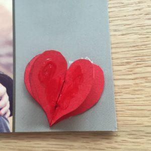 Foto-Grusskarte mit ausgeschnittenen Herzen
