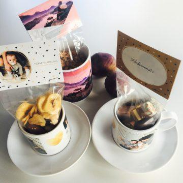 Tassen mit Foto und Bonbonbeutel mit Karten
