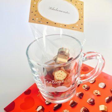 Graviertes Teeglas und Schokoladenbeutel mit Etikette