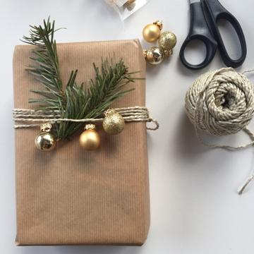 geschenkpapier-DIY-weihnachten-packpapier-schnurr-weihnachtskugeln-aeste-smartphoto