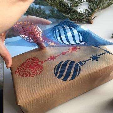 geschenkpapier-DIY-weihnachten-schablone-weihnachtskugeln-smartphoto