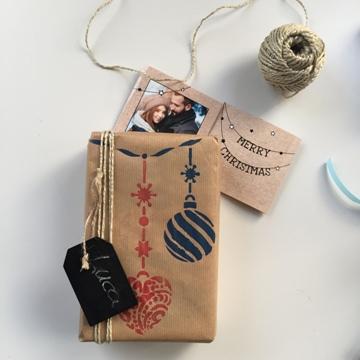 geschenkverpackung-DIY-weihnachten-weihnachtskugeln-packpapier-bemalt-namensschild-smartphoto