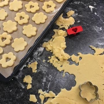 weihnachtsplätzchen-spitzbuben-ausstechen-smartphoto