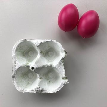 osterbrunch-tischdeko-blumendeko-eierschachteln-weiss-plastikeier-smartphoto