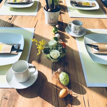 osterbrunch-tischdeko-ostereier-Tisch-gedeckt-smartphoto