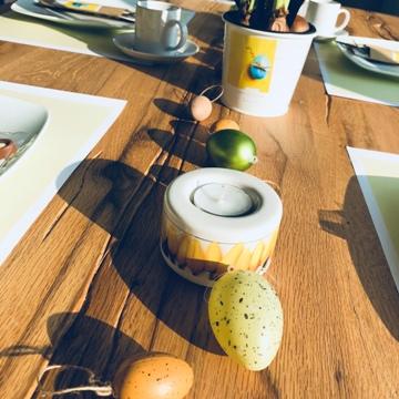 osterbrunch-tischdeko-kerzenhalter-ostereier-smartphoto
