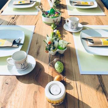 osterbrunch-tischdeko-osternest-dessertschale-blumen-kerzenhalter-smartphoto